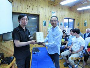 2018義援金贈呈-高尾委員長から佐藤へ